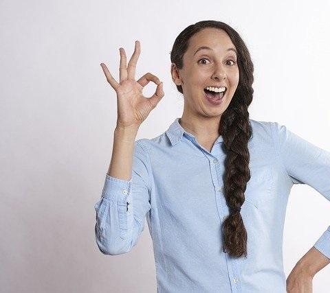 En kvinna som gör ok-tecken