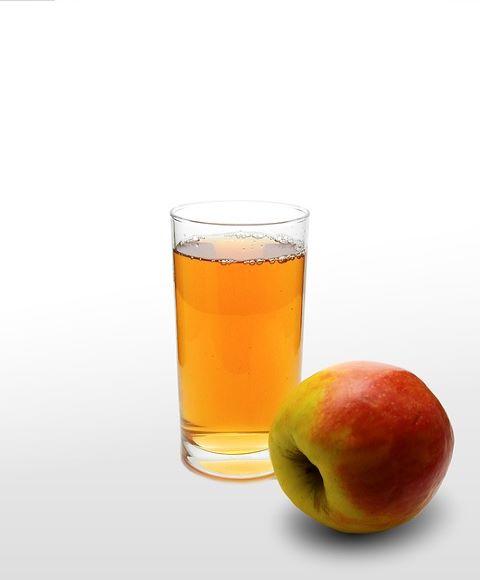 Glas med äppeljuice