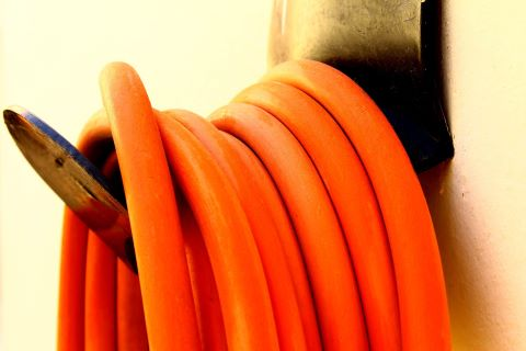 Hängande orange vattenslang